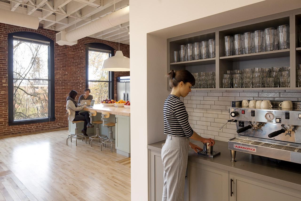 Офис недели: Новую штаб-квартиру Airbnb сделали сами работники