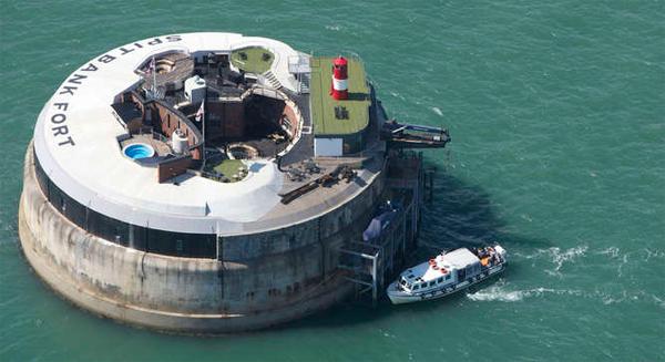 Военный форт превратился в частный остров. Фото