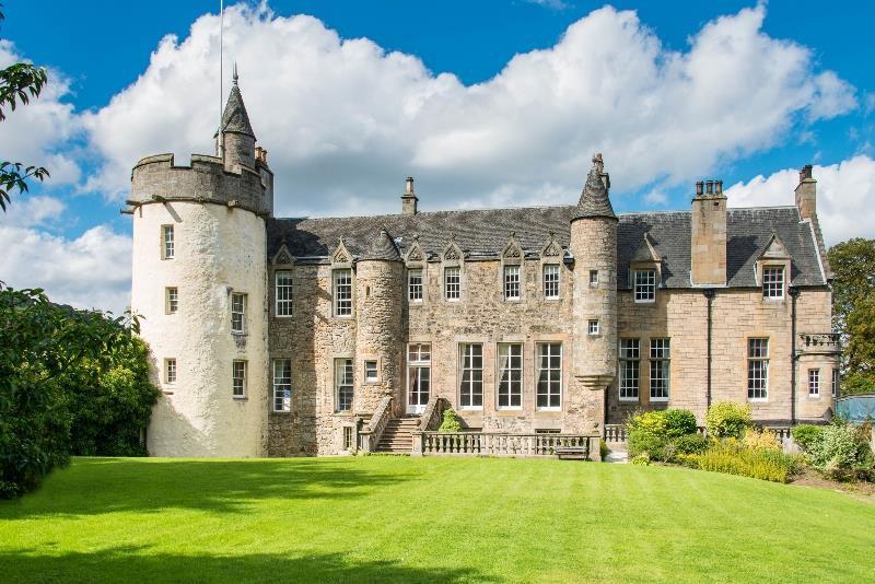 Зачем богатые россияне покупают крепостные стены в Шотландии