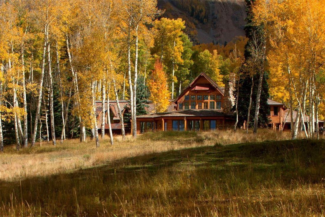 Том Круз продает деревянный дом среди русских березок
